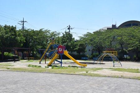 緑に囲まれた公園