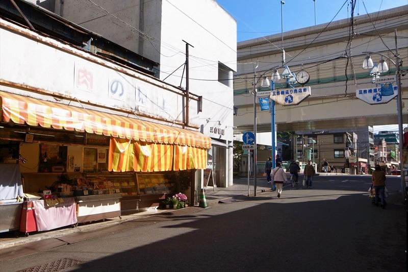 物件目の前の「三吉橋通商店街」